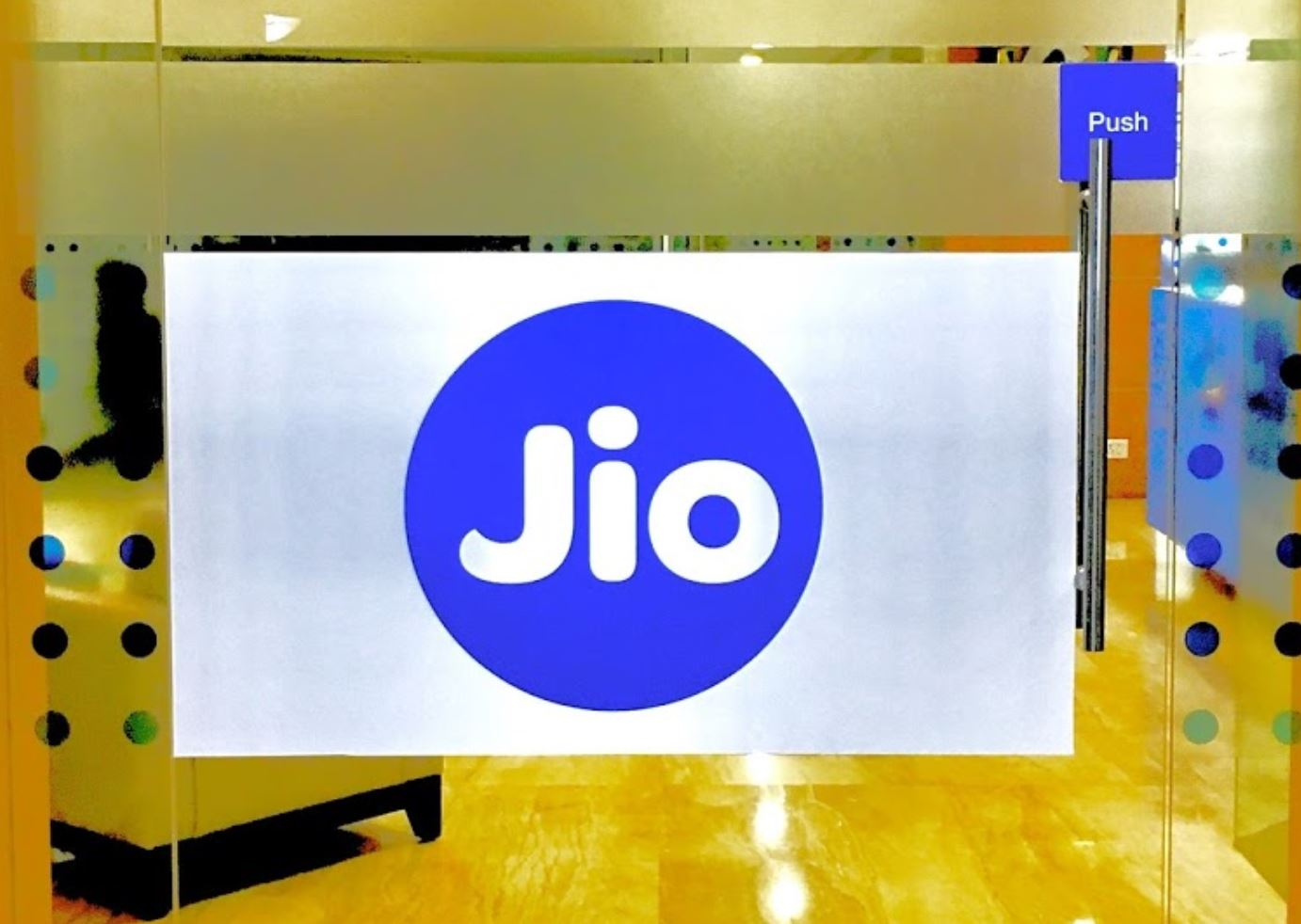 Jio blames rivals for low data price, seeks TRAI help